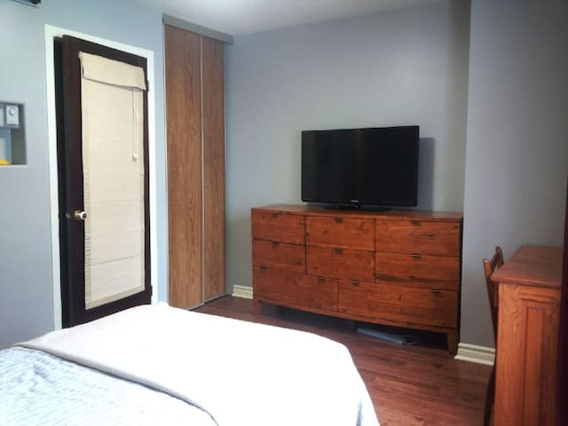Spacious Sunny Private Room with Private Bathroom - Ottawa