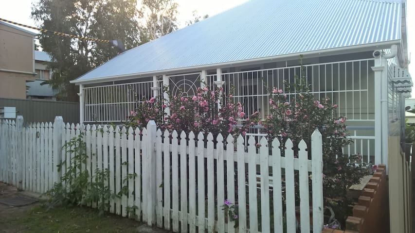 Highgate Hill - large airy ensuite room in Qlder - Highgate Hill - House