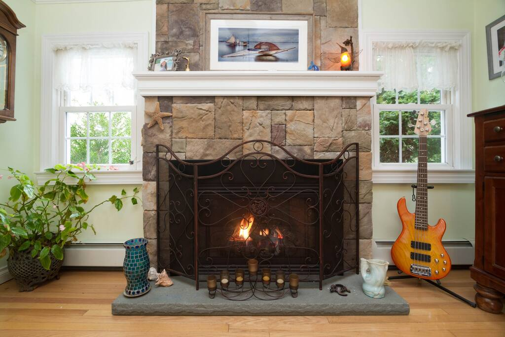 Gas insert fireplace puts out 29,000 BTUs
