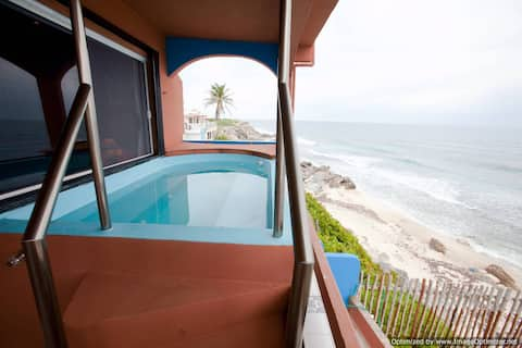 Ocean Front 2 bdrm 2 bth + hot tub for 2 couples!