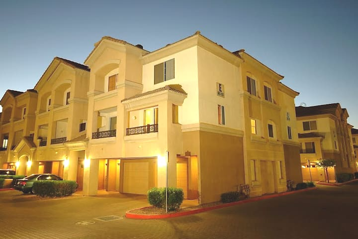 Safe♡Gated Townhouse ☆ 5-Min To/From the Airport