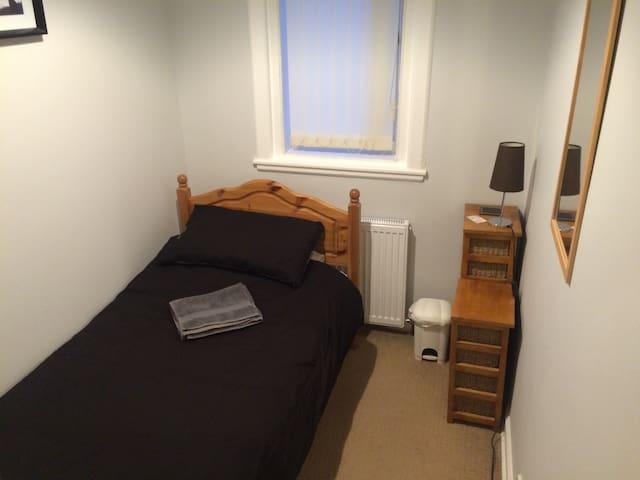 Single room near Glasgow Airport - Paisley - Casa