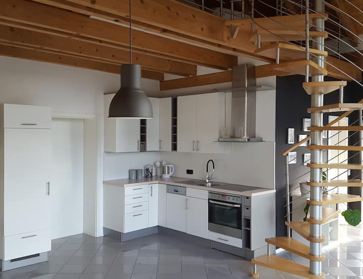 Moderne Galeriewohnung mit Wohnküche