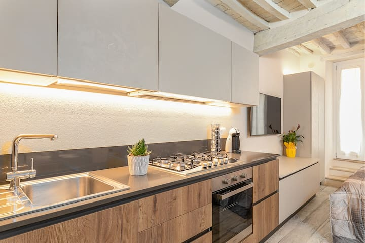 Cucina dotata di ogni comfort: lavastoviglie, forno, fornelli, ampio frigorifero