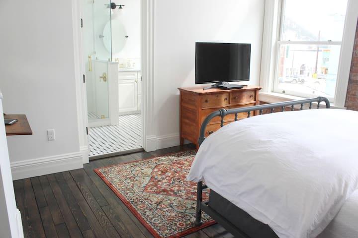 Master bedroom comfortable queen bed and attached master bathroom. Down comforter on the queen bed.