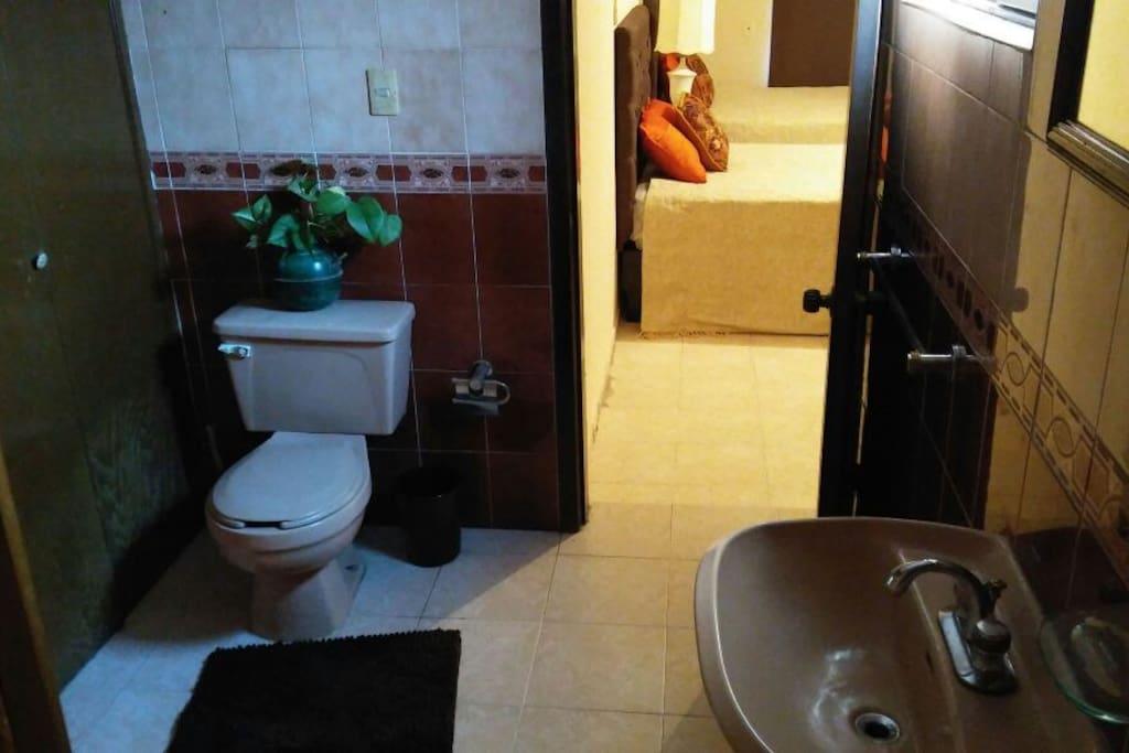 Baño privado con closet y ducha
