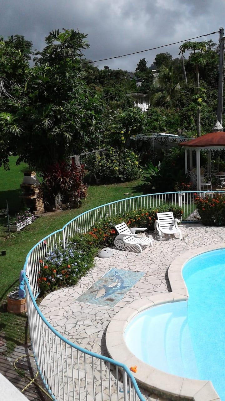 Appartement dans maison, piscine , vue mer, jardin