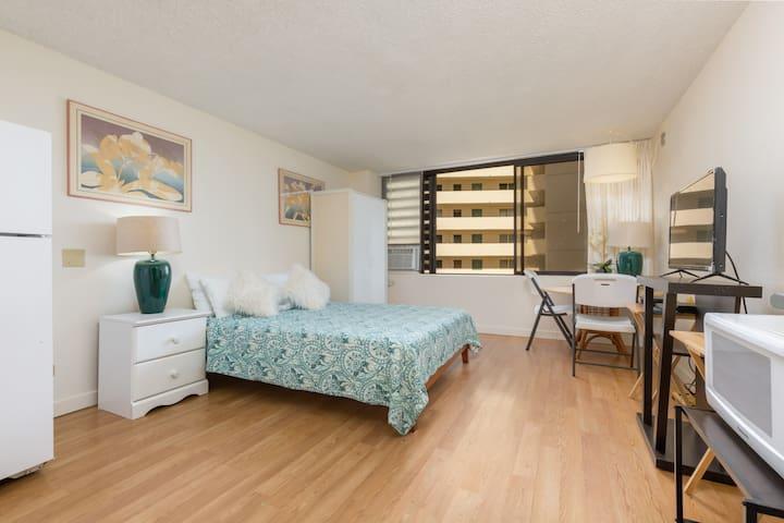 Private cozy room in center Waikiki-steps to beach