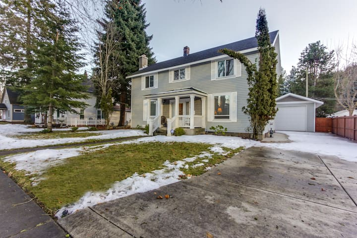 Historic home with game room and backyard, close to the lake & downtown