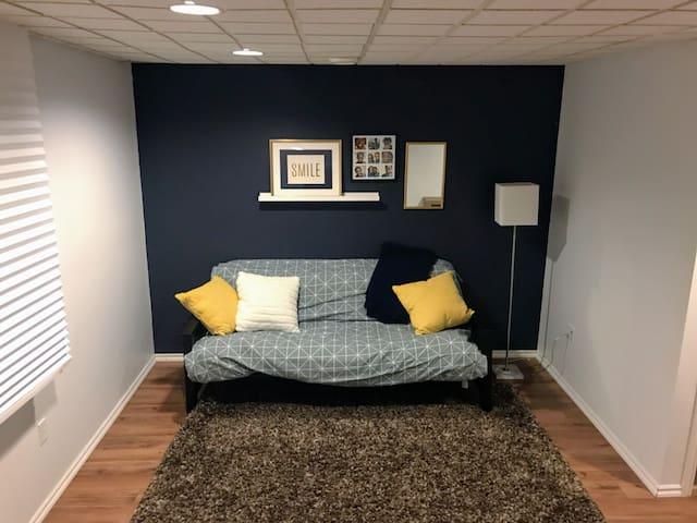 Cozy Private Basement Near Hospital and Downtown