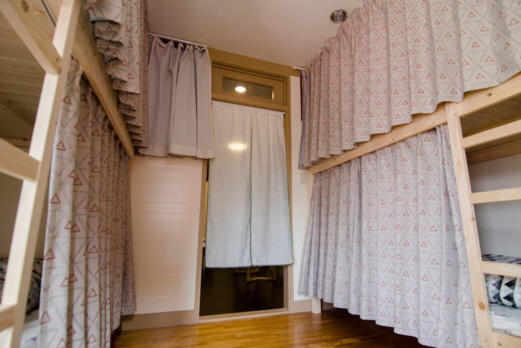 此房間沒有實體門,只有門簾,但每個床位皆有獨立遮廉,隱私沒有問題。