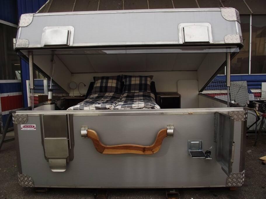 Schlafen im Koffer Einzigartige Übernachtungsmöglichkeit in einem überdimensionalen Koffer.