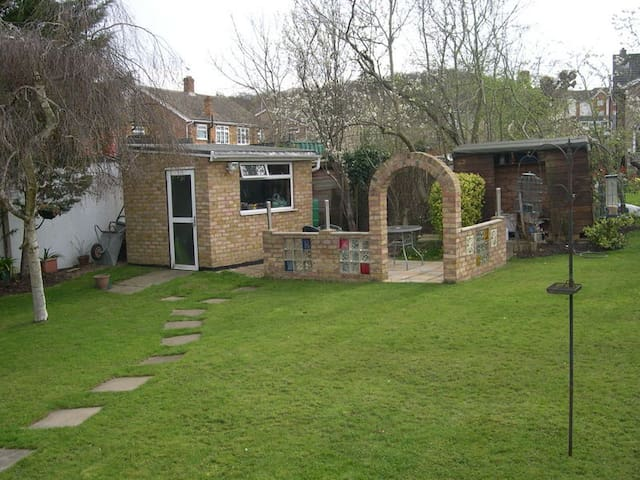 Quiet & Cosy Annex, Garden Outlook - South Benfleet - Bungalow