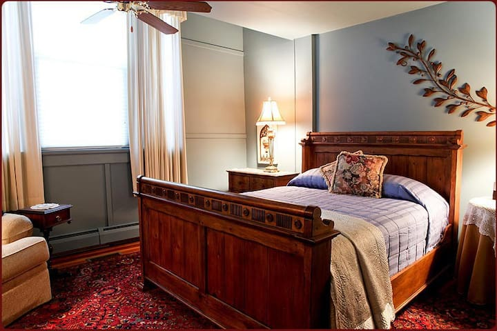 Queen room at B & B just steps to the beach! - Wells - Pousada