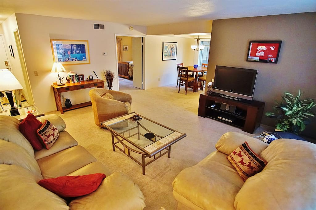 Inside the unit, you'll find tasteful decorates, homey furnishings and accommodations for up to 4 guests.