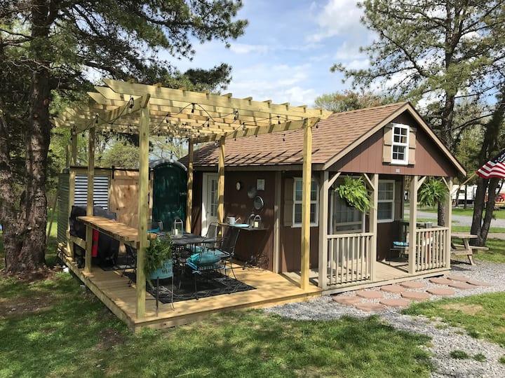 ⭐Tiny Cabin⭐ Loft, Outdoor Shower, Deck & Fire Pit