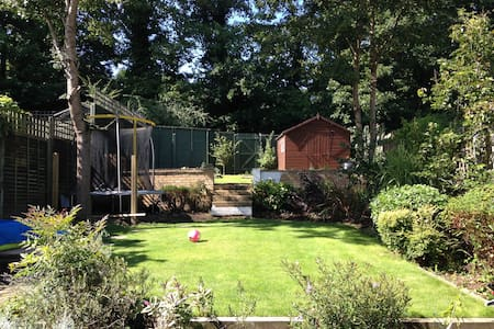 Lovely Double room in a family home - Weybridge - Hus
