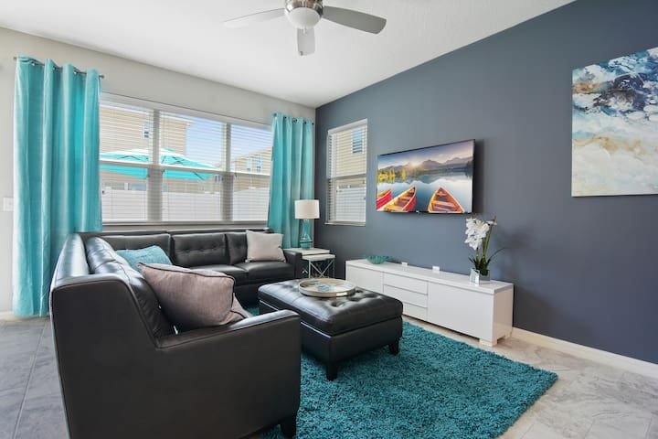 Family Living Room w 55 SmartTV and Sofa Leather