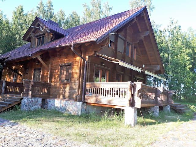 Drewniany dom nad jeziorem
