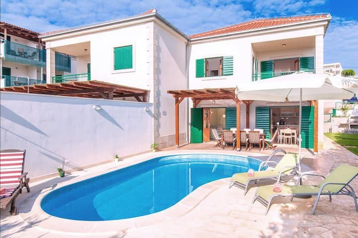 Attractive Family Villa With Pool In Western Hvar
