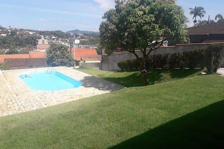 Sossego e conforto com ar e piscina em Blumenau