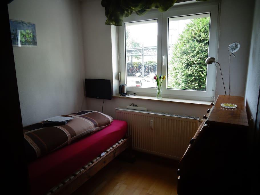 Schlafbereich mit Glastür und Rollo