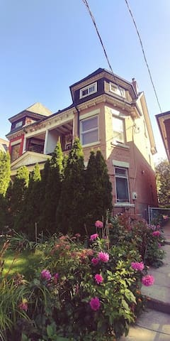 Newly renovated 1 bdrm in charm Victorian building