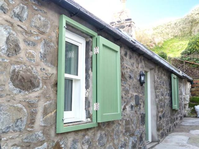 49 CROVIE VILLAGE, character holiday cottage in Crovie, Ref 932561