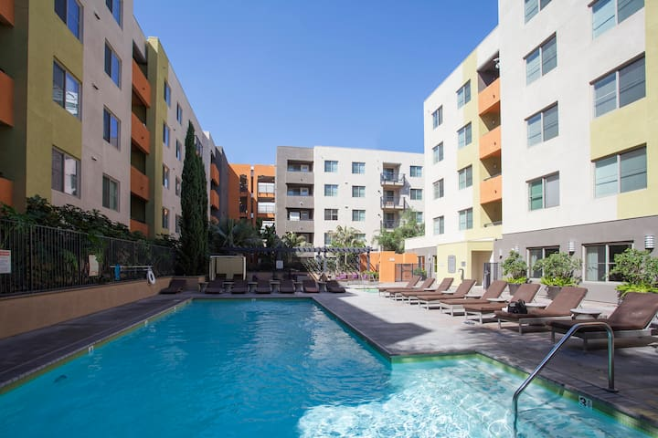 LA Fabulous Find! Centrally Located 2/2 + Parking!