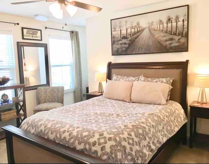 Monthly Stay: Queen Bed, Private Bath, TV & Fridge