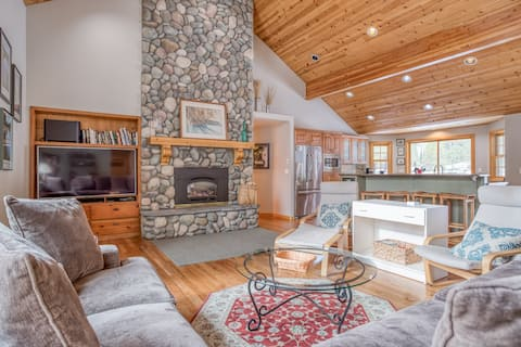Immaculate Single Level 4 Bedroom Home with Hot Tub and SHARC Passes!