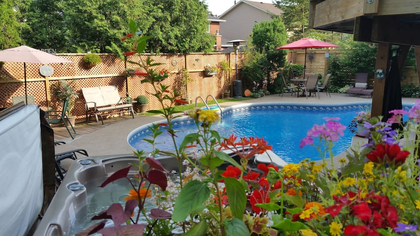 Creekside B&B - 6 person Roseland suite with pool