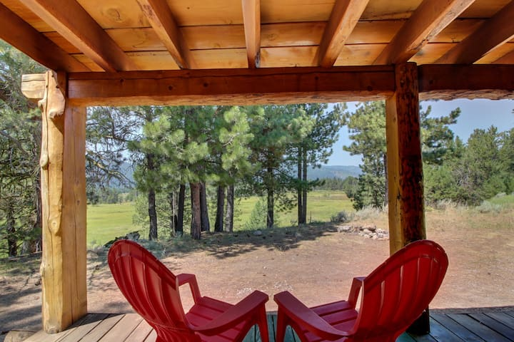 Secluded mountainview family cabin w/ deck, firepit, gas fireplace, & more!