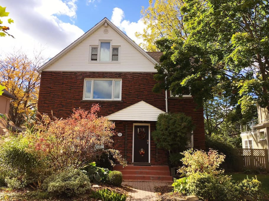 A wonderful home in a fantastic location!  Enjoy Montebello Park and Downtown Core... just steps away!