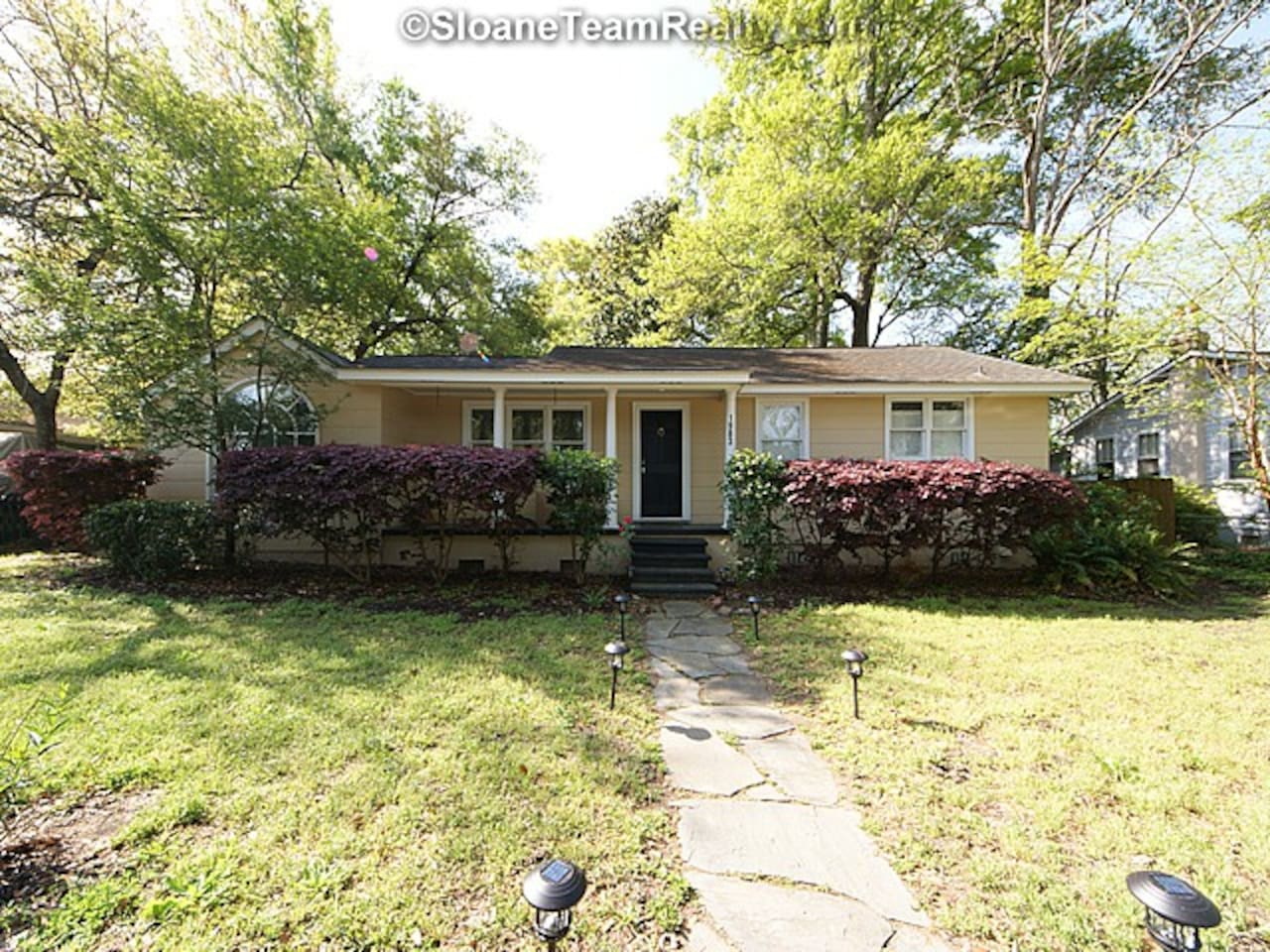 Classic southern home, comfortable and central to Downtown Charleston and the beaches