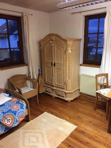 *Gemütliches Zimmer mit Küchenzeile im Bauernhaus*