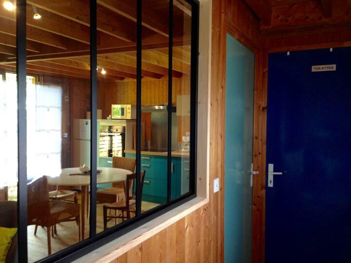 Chaleureuse maison de bourg en bois bien équipée