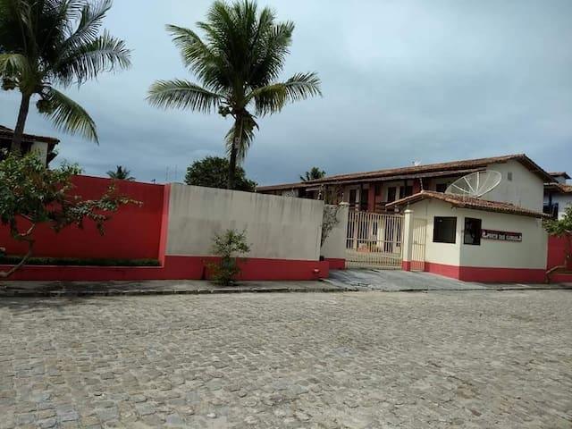 """Frente do condomínio""""Porto das Canoas"""", guarita, portão eletrônico."""