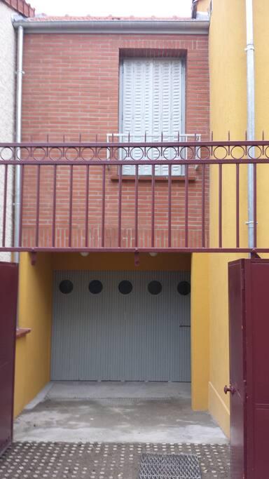 Murs avec isolation extérieure et garnitures en briquettes.