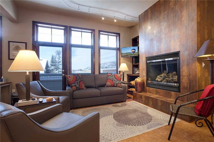 H302A by Pioneer Ridge: Downtown ~ Yampa River is across the Street ~ AC & Grill