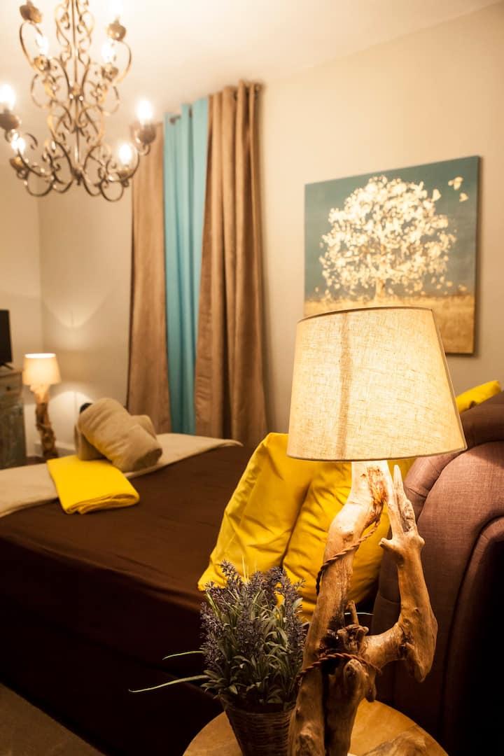 Rock Dandy Mountain House | Private Maisonette | Up to 6 | Parking  | 80 m2 | Rocky Deco | 2' Square | Quiet