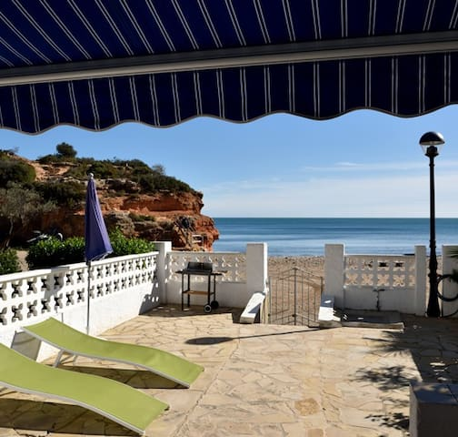 Seafront villa with direct acces to the beach