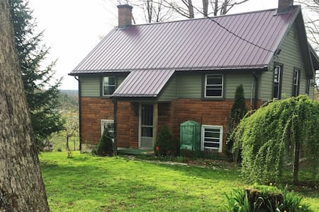 Winter Refuge with hot tub in Historic Arthurdale