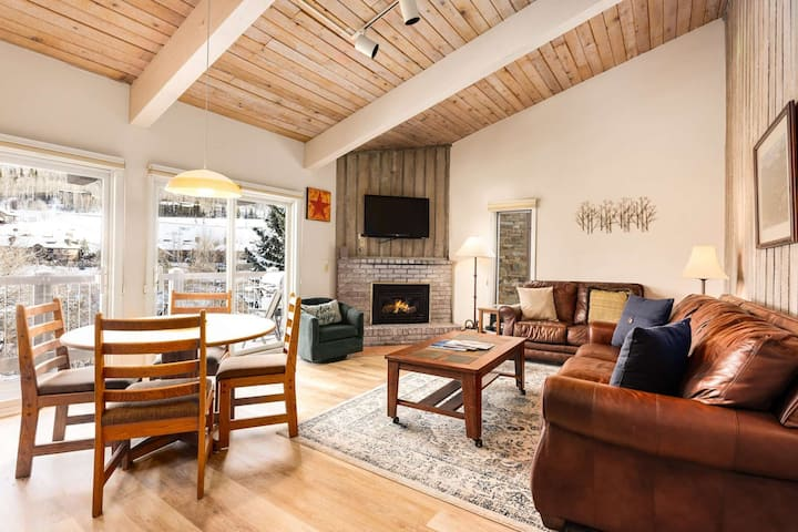 Gorgeous Snowmass Mtn View! Outdoor Hot Tub, Balcony, Parking. Gas FP. Ski to Lift, On Shuttle