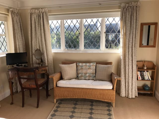 Comfortable and sunny double bedroom in Summertown