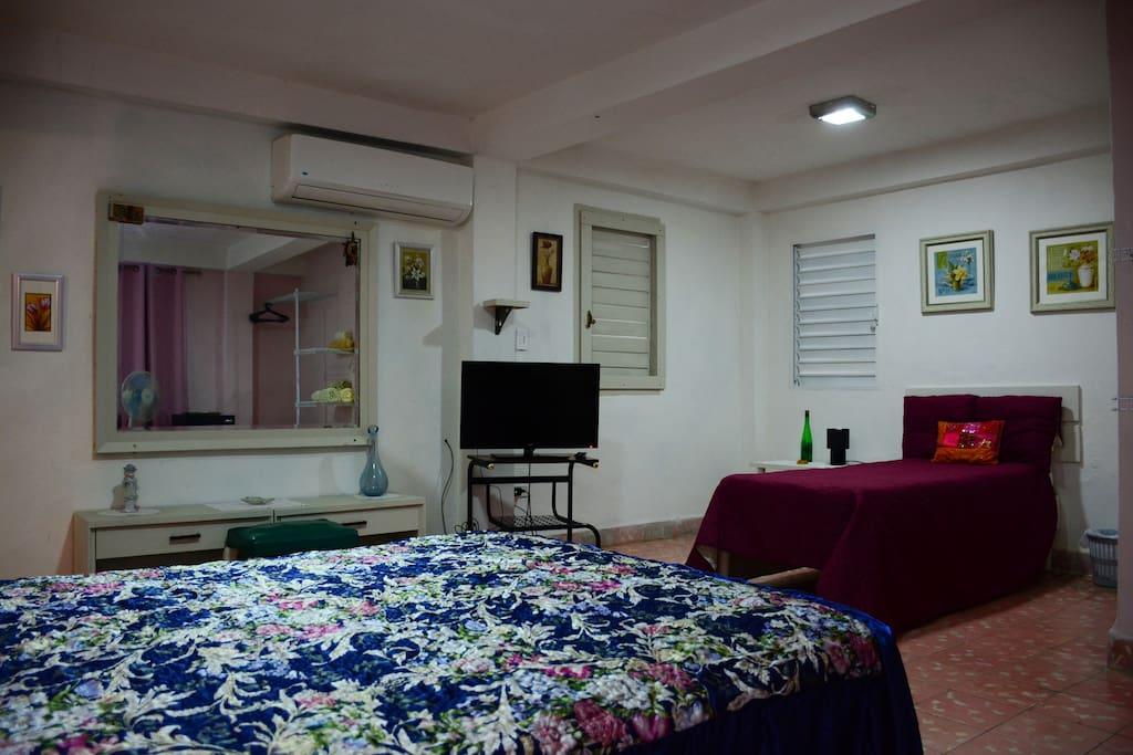 Espaciosa y confortable habitacion doble, con cama personal y matrimonial