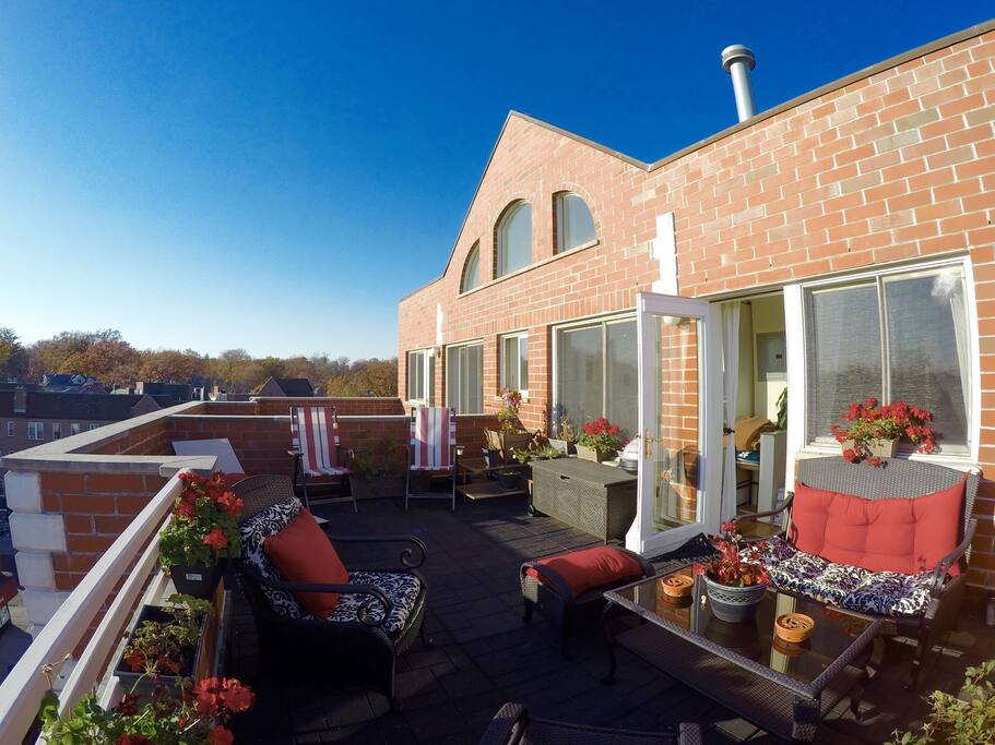 Huge roof deck with open panoramic views!