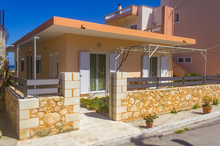 Seaside Family House - Galatas - Ev