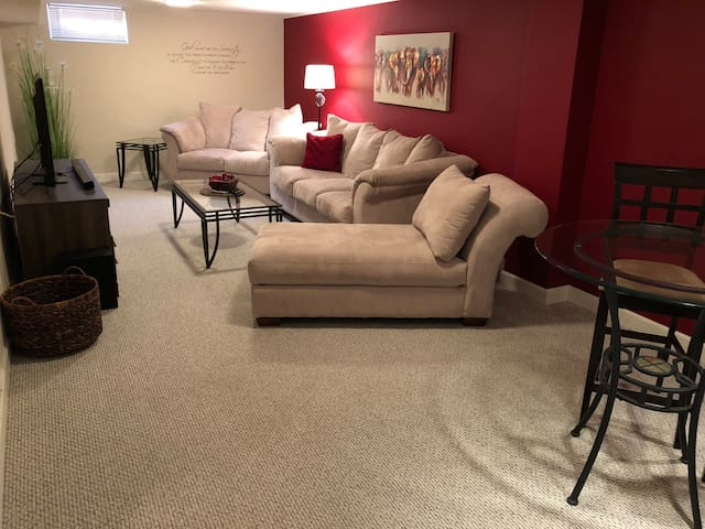 Clean, Cozy, Large Space..A Floor Of Your Own!