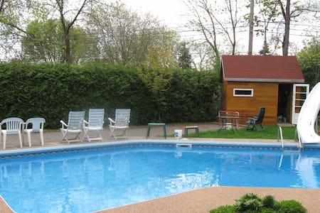 Maison rustique en bois, piscine - Montréal - House